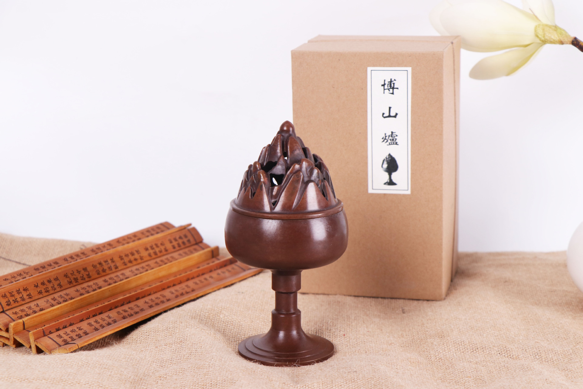 Classical Elevated Incense Burner with Lid for Traditional Aromatherapy