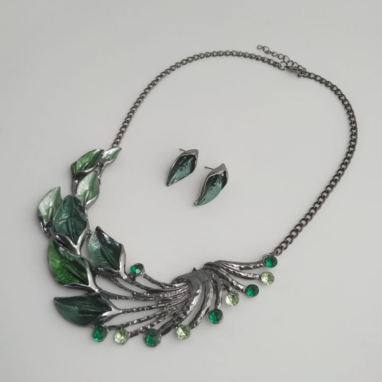 Exquisite Peacock Tail Artificial Inlaid Gemstones Alloy Necklaces for Luxurious Accessories