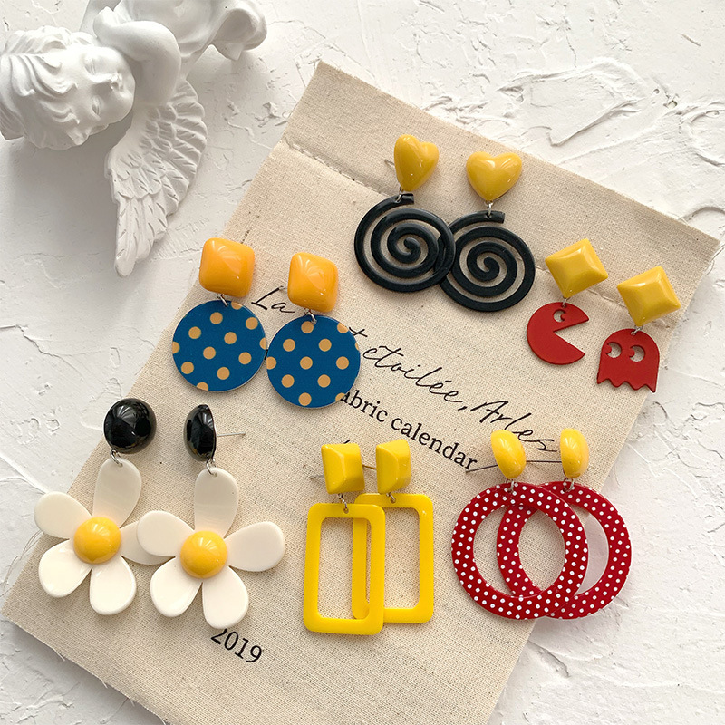Stylish Acrylic Earrings with Retro Design for Trendy Fashion Statement