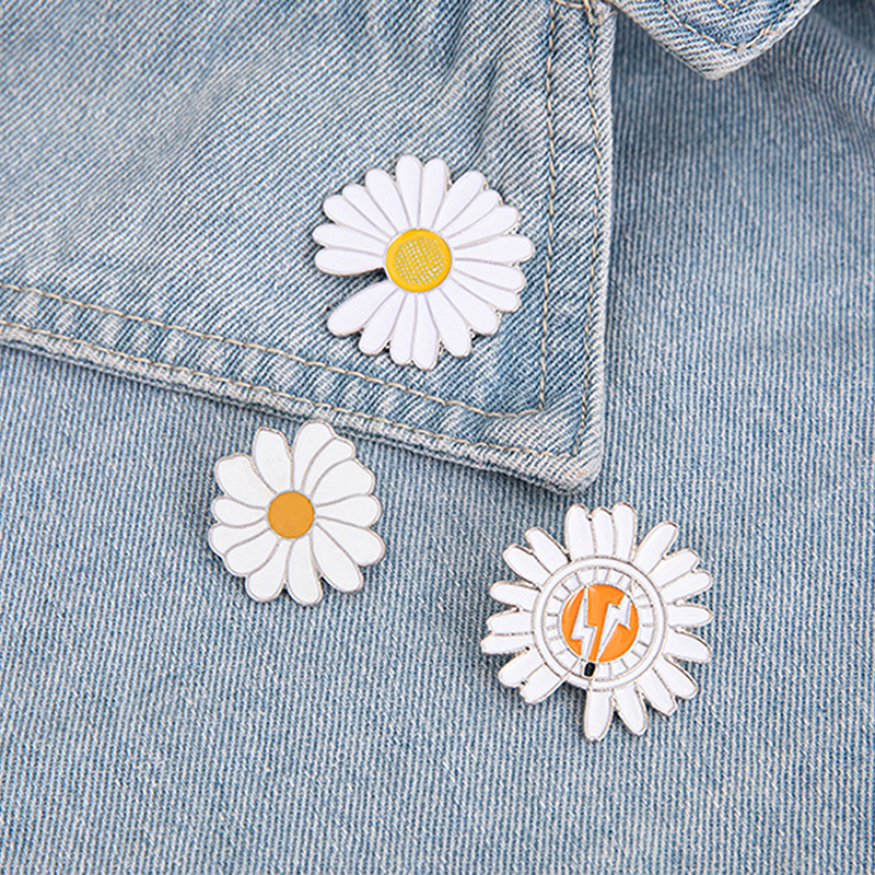 Small and Simple White Daisy Flower Pin for Wallet and Clothing Accessory