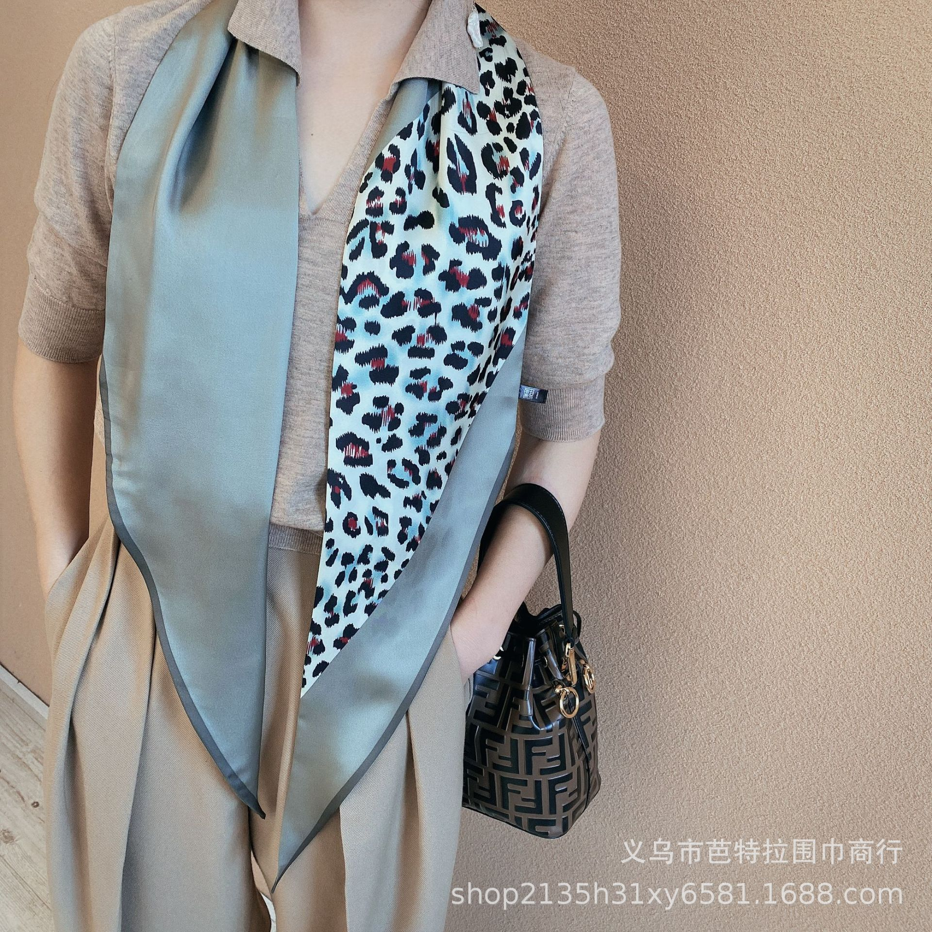 Elegant-Looking Scarf for a Sophisticated Office Wear