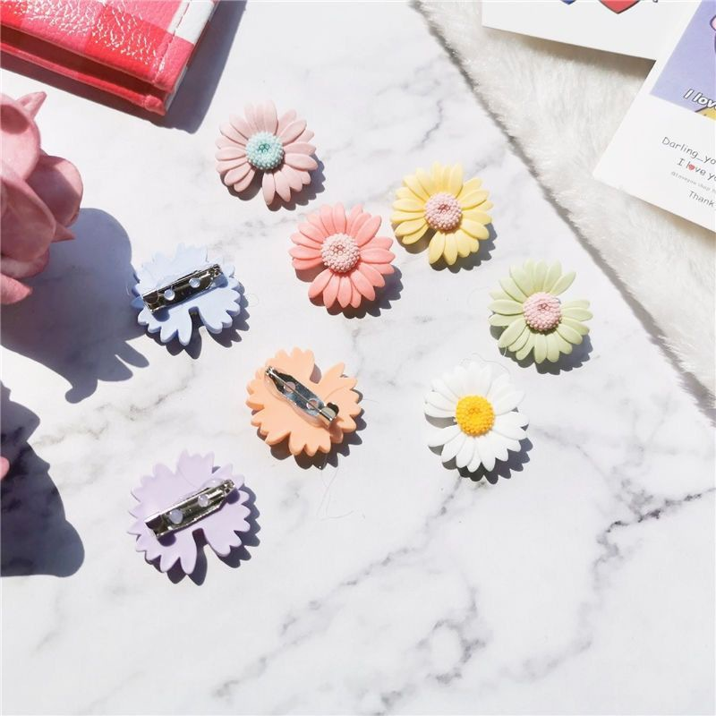 Aesthetic Small Daisy Pin for Playful Bag Decoration