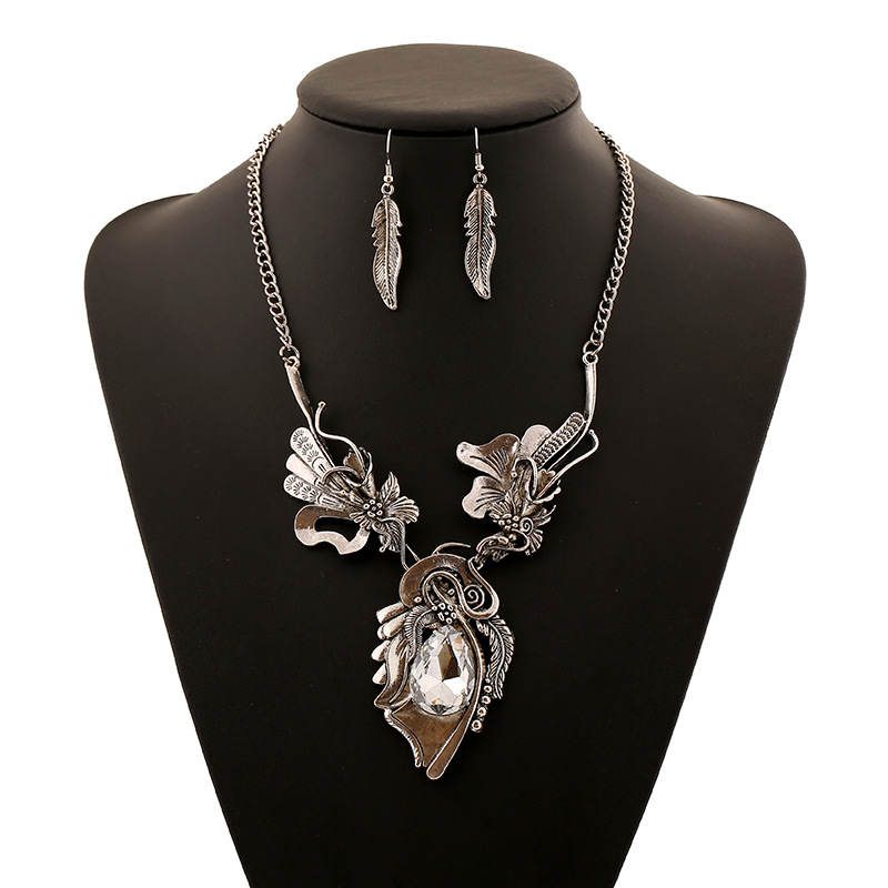 Old Fashioned Floral Necklace for Retro Outfits