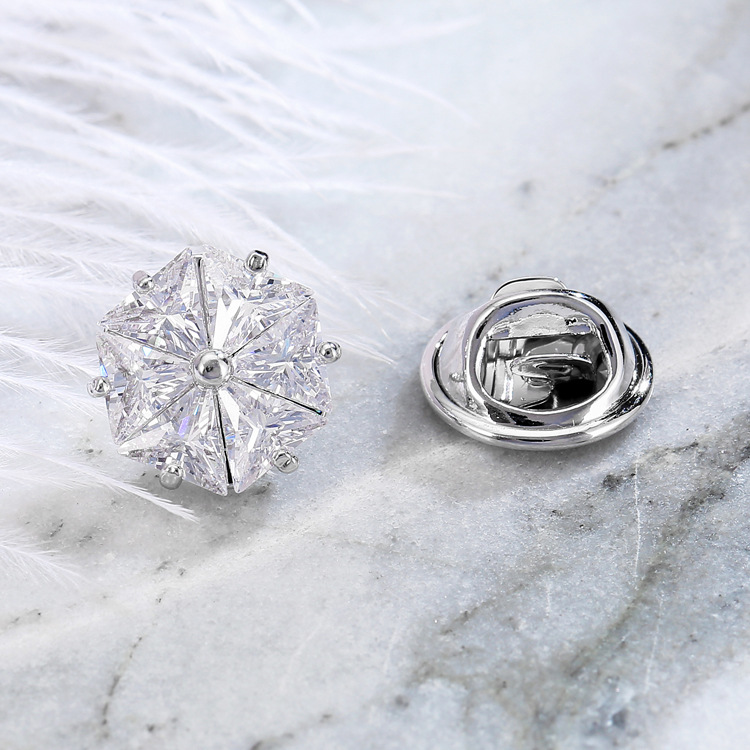 Extravagant-Looking Inlaid White Crystal Flower-Shaped Brooch Pin for Women's Coat Attachment