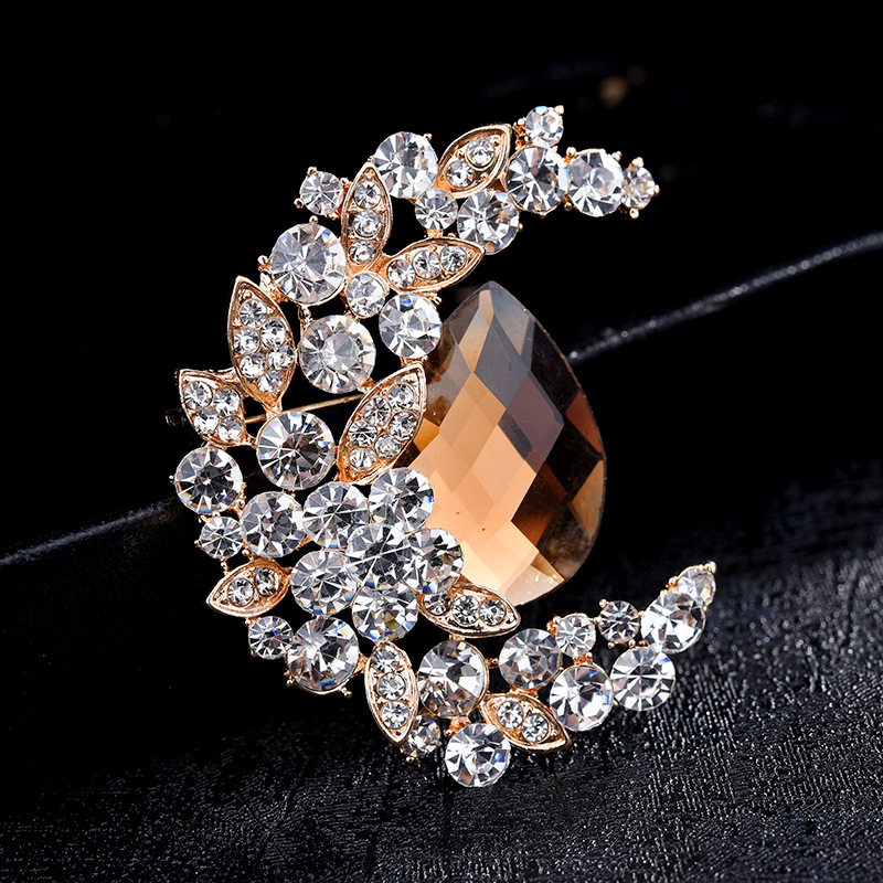 Retro Mimic Crystal Crescent Moon Brooch for Classy Fashion Accessories