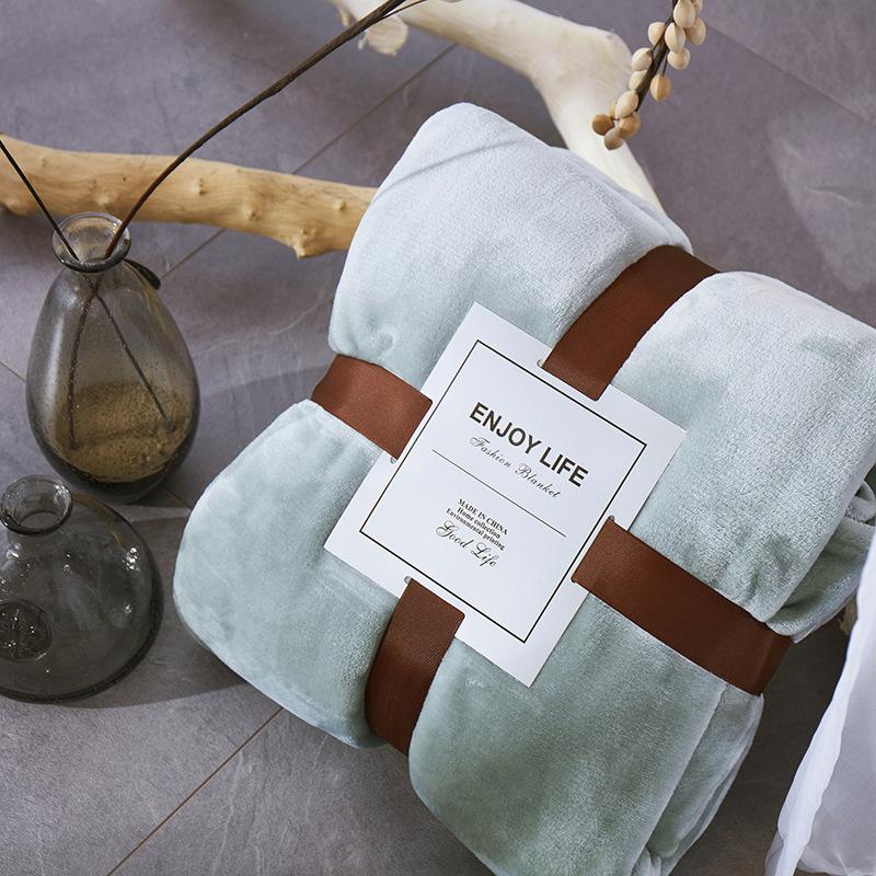 Luxurious Plain Flannel Fleece Blanket for Modish Bedroom Look