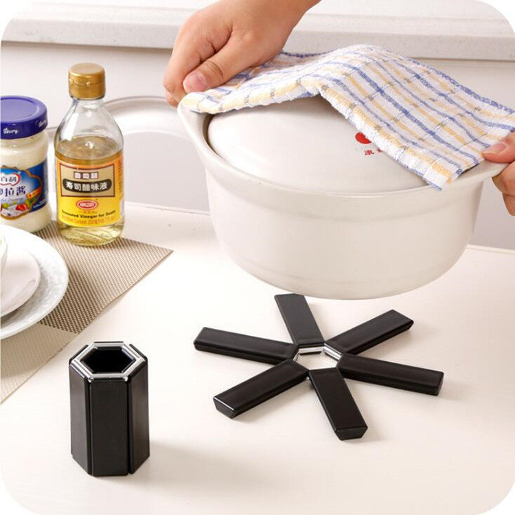 Modern Designed Heat Insulated Plastic Table Mat for Kitchen Use