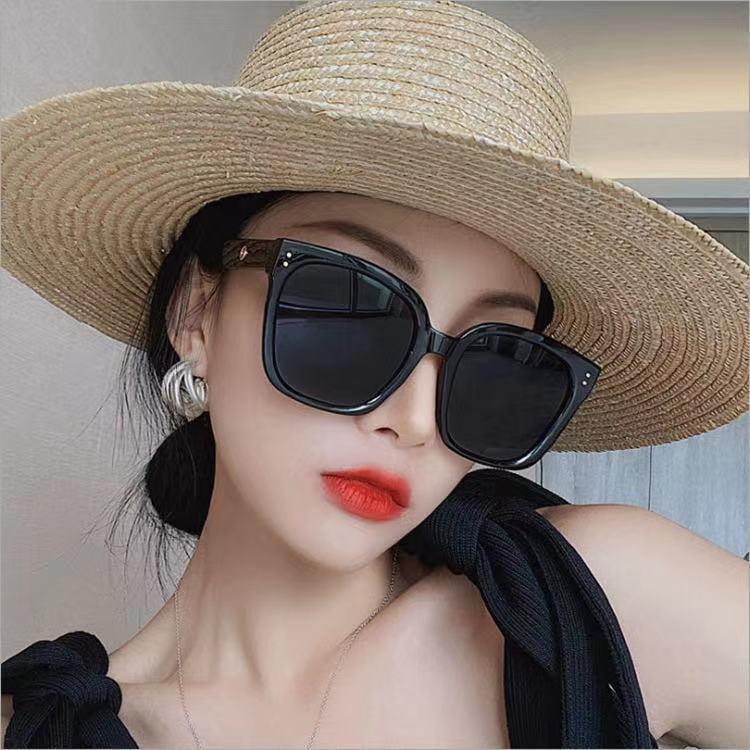 Minimalist and Trendy Wayfarer Women's Sunglasses for Summer