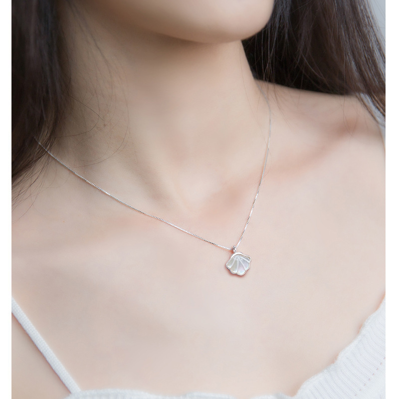 Dainty Crystal Shell Necklace for Casual Use