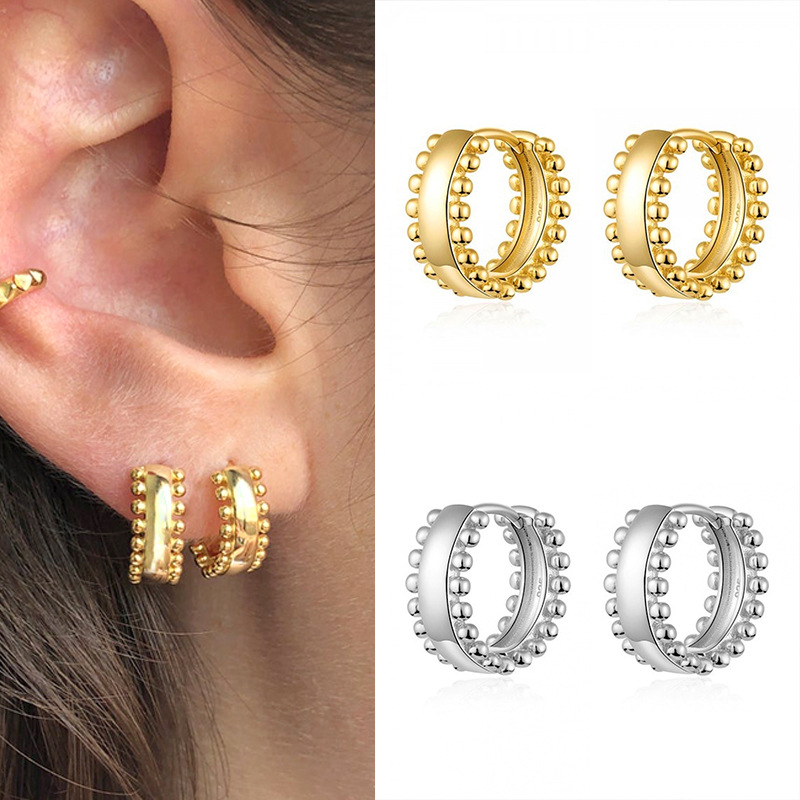 Alluring Buckle-Type Earrings for Exaggerated Looks