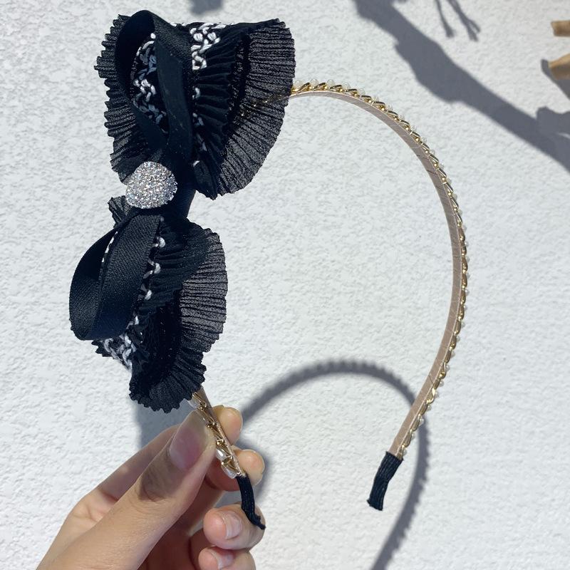 Eye-Catching Cloth Headband for Creative Photoshoots