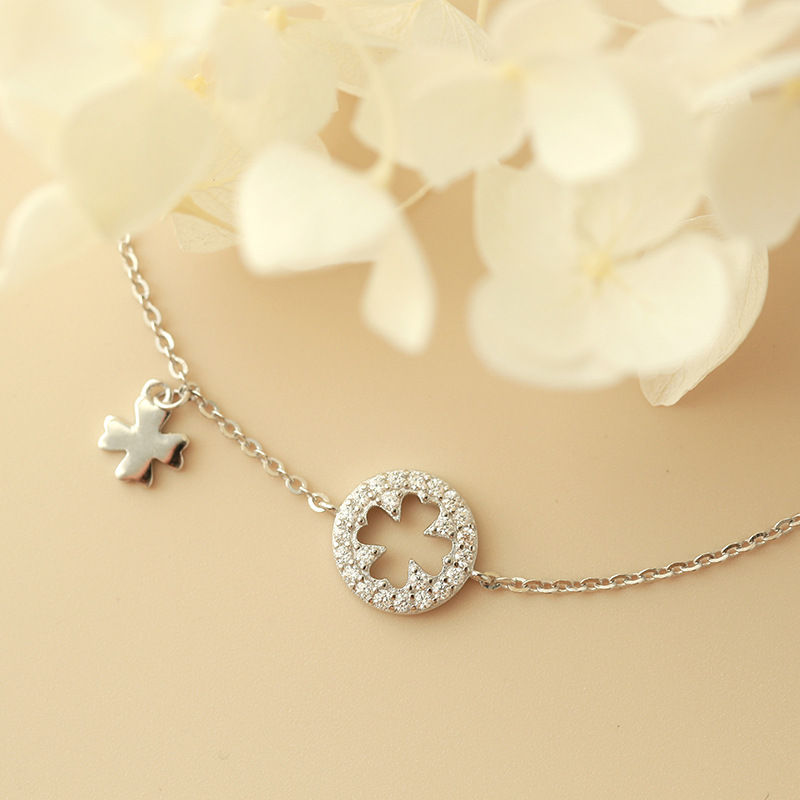 Dainty Four-Leaf Pedant Anklet for Stunning and Chic Outfits
